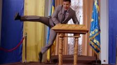 Зеленский еще не президент, а ему уже мешают