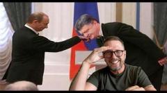 Порошенко поцеловал руку Путину