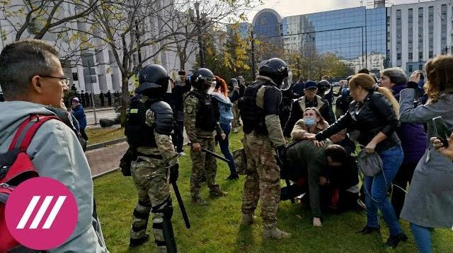 Телеканал Дождь 10.10.2020. В Хабаровске ОМОН силой разогнал митинг в поддержку Фургала