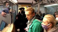 Как вернулся Навальный - и как его задержали. Все события за 5 минут