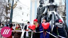 «За женщин, которые страдают»: в Москве и Петербурге сотни девушек выстроились в «цепь солидарности»