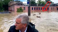 Соловьёв LIVE. «ДПС плывет?» Почему сотрудники МЧС плыли за лодкой Аксенова в затопленной Керчи от 17.06.2021